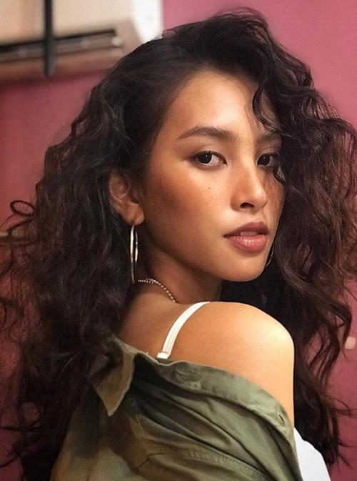 Hoa hậu Tiểu Vy tiết lộ chỉ mất 15 phút để make up mặt nhưng mất tới một tiếng để làm kiểu tóc xoăn này.
