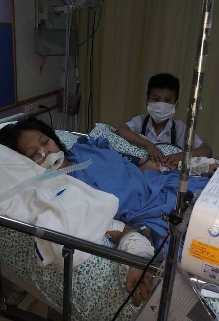 Con trai 5 tuổi túc trực bên giường bệnh Wirawan trong thời gian cô nằm viện. Ảnh: