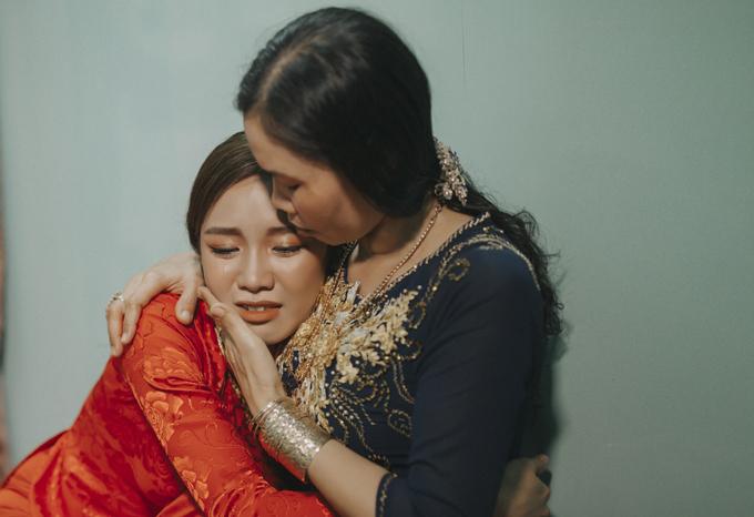 Á quân Solo cùng Bolero 2018 nghẹn ngào trong vòng tay mẹ. Cô xúc động khi nghe mẹ dặn dò hai vợ chồng phải thương yêu, nhường nhịn nhau để sống hạnh phúc trọn đời.