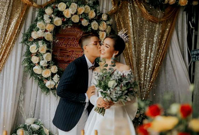 Đạo diễn Yunbin hạnh phúc vì cưới được người vợ hội tụ đủ công dung ngôn hạnh. Anh tiết lộ vợ từng có hoàn cảnh khó khăn nhưng cô luôn nỗ lực vươn lên, biết sống tằn tiện, tiết kiệm để lo cho tương lai.