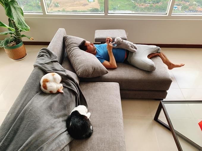Cô bố trí chiếc sofa mút màu ghi giữa nhà để tiện ngả lưng khi xem TV. Siêu mẫu tiết lộ đây là góc yêu thích của ông xã và 7 chú mèo.