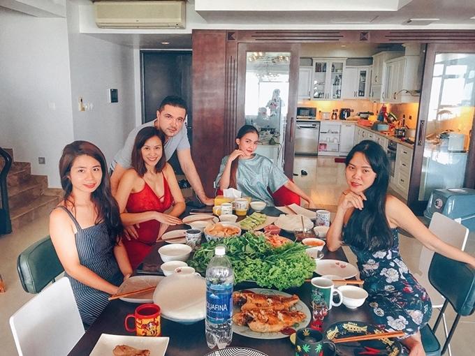 Sau đám cưới, siêu mẫu Phương Mai và ông xã chuyển về căn hộ ở TP HCM sống. Cặp vợ chồng làm tiệc tân gia mời bạn bè thân thiết đến dự.