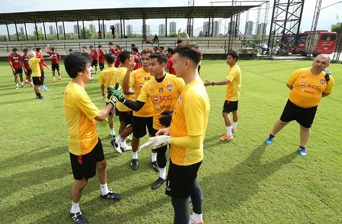 Ông Lopes chào hỏi ba thủ môn của Muangthong, trong đó có Đặng Văn Lâm.