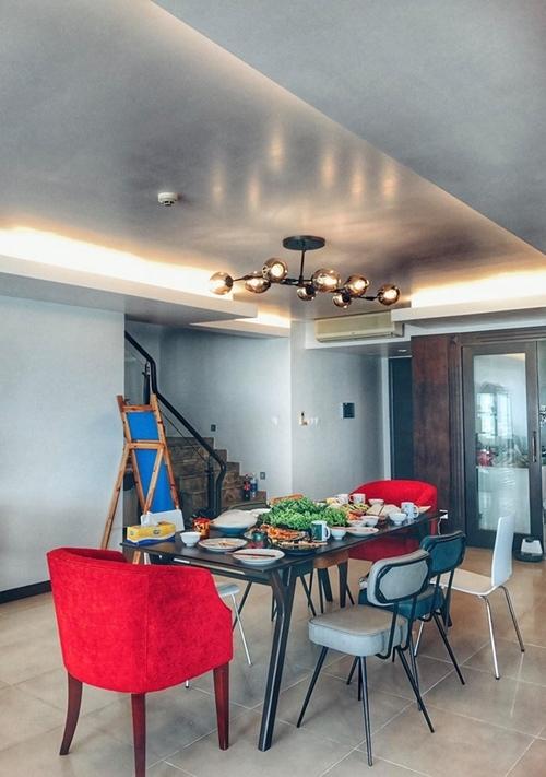 Căn hộ được trang bị đồ dùng nhà bếp cơ bản, còn nội thất phòng khách và những góc riêng tư do vợ chồng Phương Mai tự lựa chọn và mua sắm.