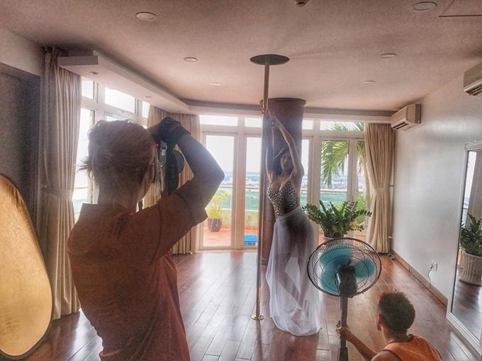 Phương Mai chia sẻ, ngay khi chuyển về nhà, việc đầu tiên cô làm là chọn góc đẹp nhất để lắp cột. Múa cột giúp Mai duy trì vóc dáng gợi cảm, xả stress và cải thiện sức khỏe.