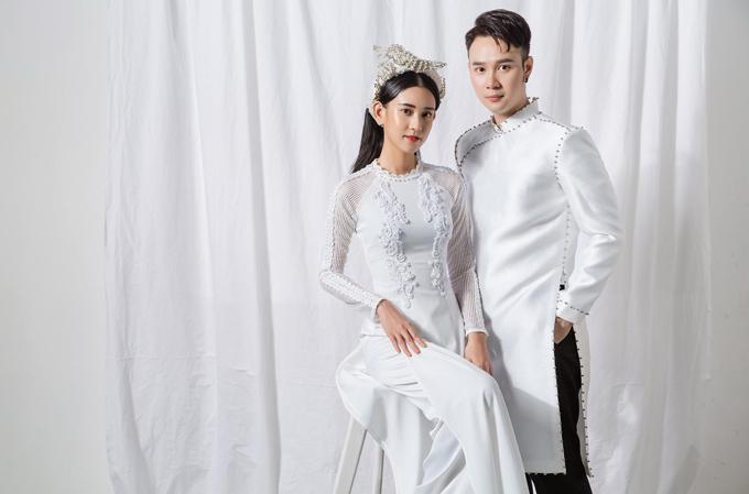 5. Áo dài trắngMẫu áogiúp cô dâu chú rể bắt kịp dòng chảy thời trang đề cao sự tối giản, thanh lịch. Tinh thần hiện đại được thể hiện ở phom dáng áo gọn gàng, chi tiết đính kết vừa đủ,không tạo cảm giác rườm rà.