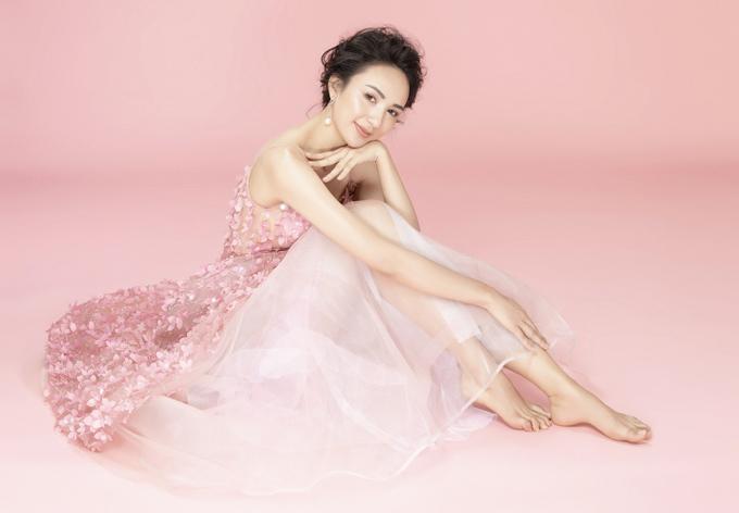 Thiết kế xòe rộng màu hồng đính họa tiết nổi đem tới cho gái một con nét trẻ trung, lãng mạn.