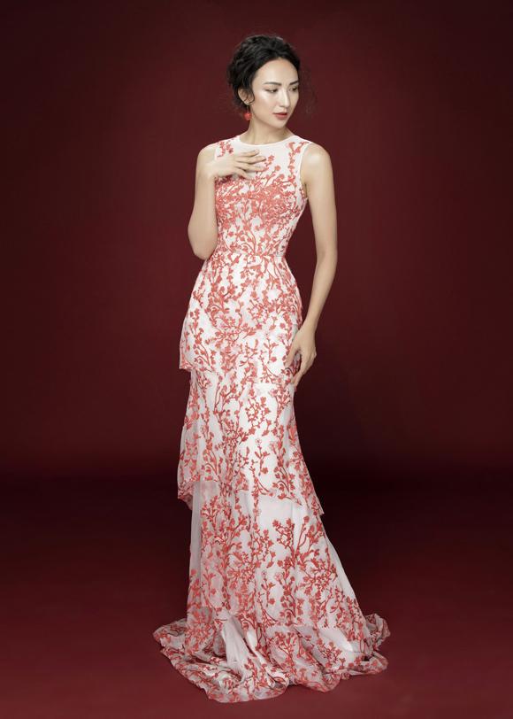Chiếc váy ôm nhẹ trở nên uyển chuyển hơn nhờ chi tiết xếp tầng, trong khi kỹ thuật thêu nổi công phu thổi làn gió tươi mới cho phong cách của người đẹp 8X.