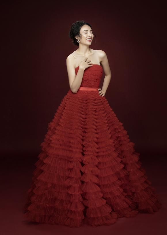 Ngọc Diễm rực rỡ như đóa hồng trong bộ đầm đỏ quây ngực gợi cảm.