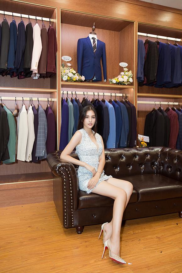 Hoa hậu Việt Nam 2018 Tiểu Vy khoe chân dài tại cửa hàng mới của Ngọc Hân. Người đẹp sinh năm 2000 được nhận xét ngày càng xinh đẹp vì biết chăm chút ngoại hình.