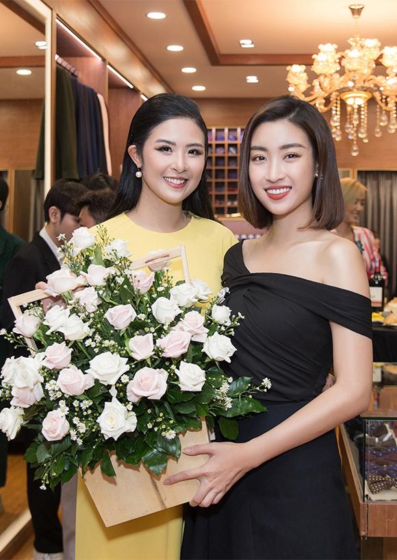 Ngọc Hân được rất nhiều bạn bè tới chúc mừng trong ngày làm bà chủ. Hoa hậu Đỗ Mỹ Linh cũng từ Hà Nội bay vào tặng hoa cho đàn chị.