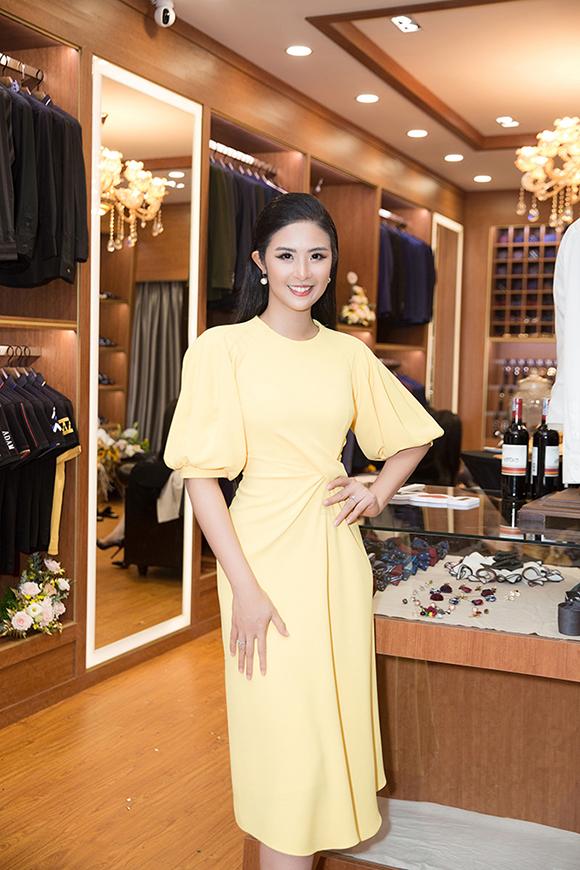 Tối 23/7, Hoa hậu Ngọc Hân khai trương showroom thời trang namtại quận Gò Vấp (TP HCM). Đây là cửa hàng thứ tư của cô tại TP HCM.