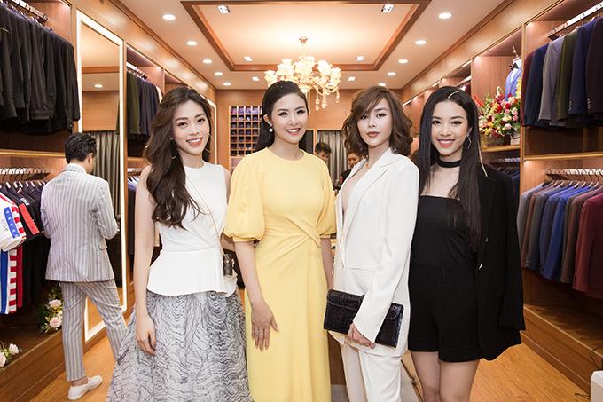 Sella Trương (thứ hai từ phải sang) cũng có mặt để ủng hộ Ngọc Hân làm bà chủ.