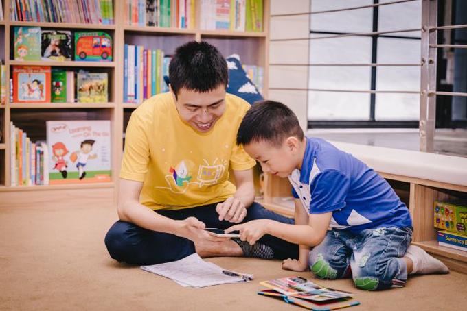 Phụ huynh có thể học cùng con thông qua ứng học trên điện thoại thông minh, máy vi tính. Ảnh: CNBC.