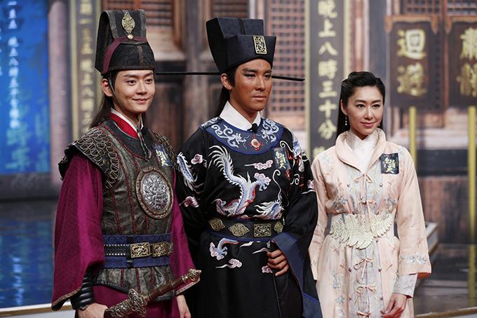 Bao Thanh ThiênĐàm Tuấn Ngạn (giữa)được kẻ viền mắt đen, Hồ Định Hân (phải)không hợp tạo hình.