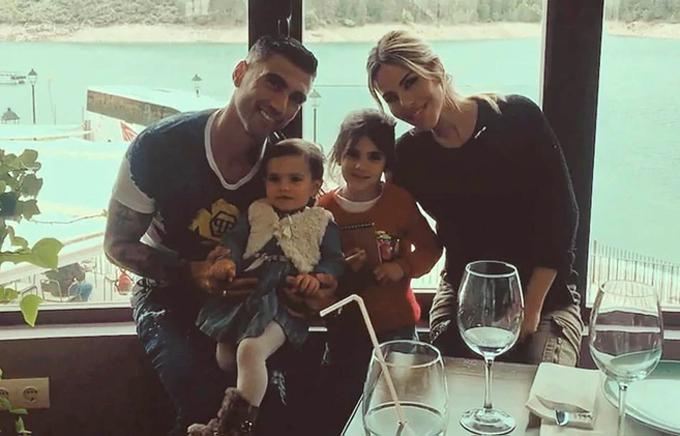 Reyes bên gia đình.