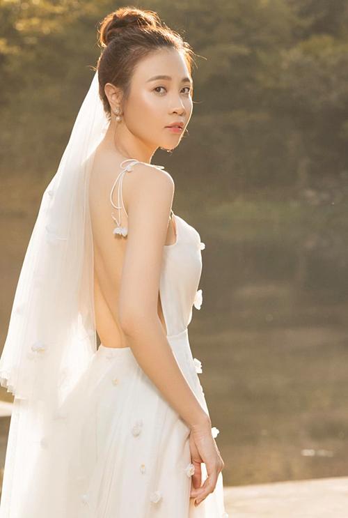 Một người bạn tiếp tụché lộ thêm ảnh cưới của Đàm Thu Trang và khen cô : Vẻ đẹp đến từ sự tổng thể.