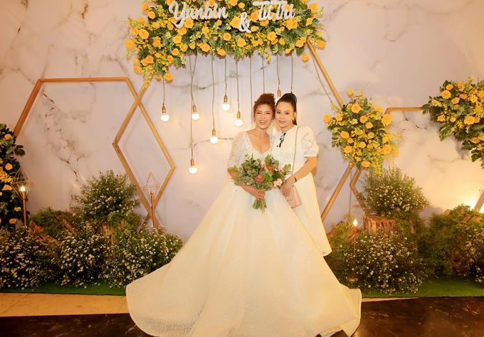 Tiệc cưới của hai người diễn ra tối 22/7, tại một địa điểm sang trọng ở TP HCM. Ca sĩ Đông Đào tới chung vui với học trò.