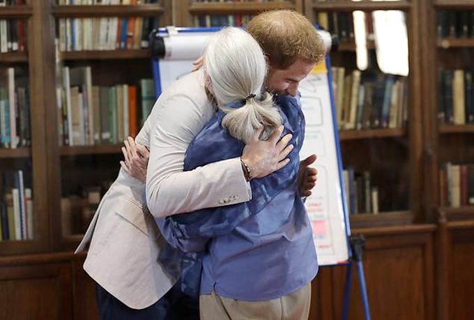 Hoàng tử Harry chào hỏi tiến sĩ Jan Goodall ở sự kiện hôm 23/7. Ảnh: AP.