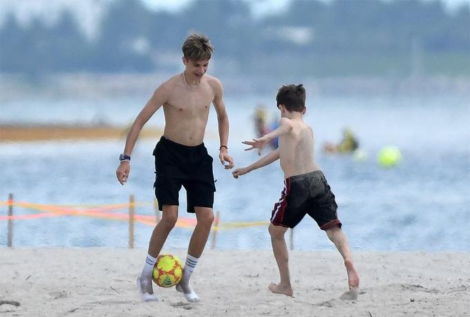 Cả ba cậu con trai nhà Becks đều được theo học đá bóng từ nhỏ nhưng không cậu nào nối nghiệp bố.