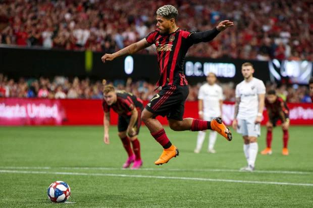 Josef Martinez thường nhảy lên trước khi đá phạt đền nhưng lần này