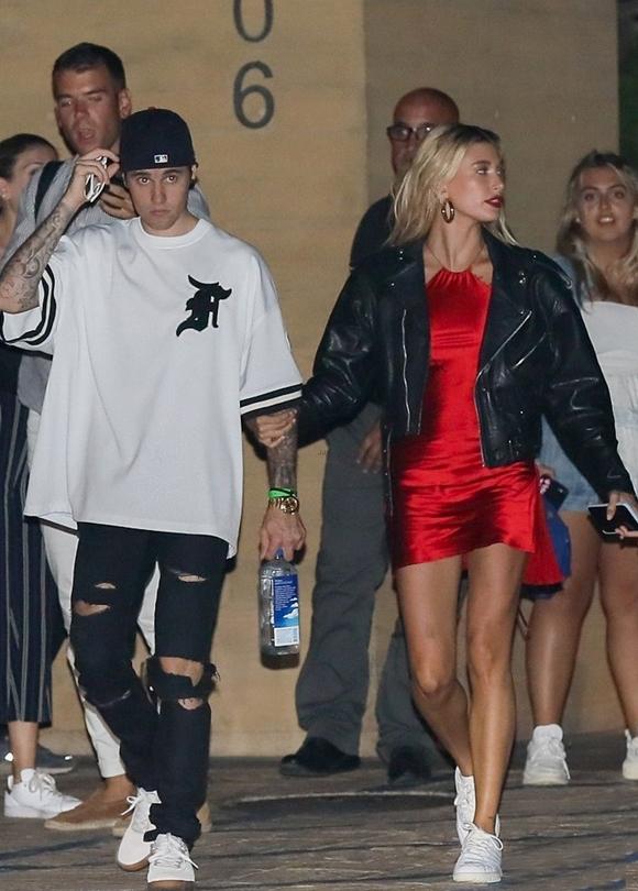 Justin Bieber đưa vợ đi ăn sushi ở nhà hàng 5 sao nổi tiếng tại thành phố Malibu, California. Nam ca sĩ mặc đồ trẻ trung, đơn giản trong khi Hailey trang điểm đậm và diện váy yếm lộng lẫy.