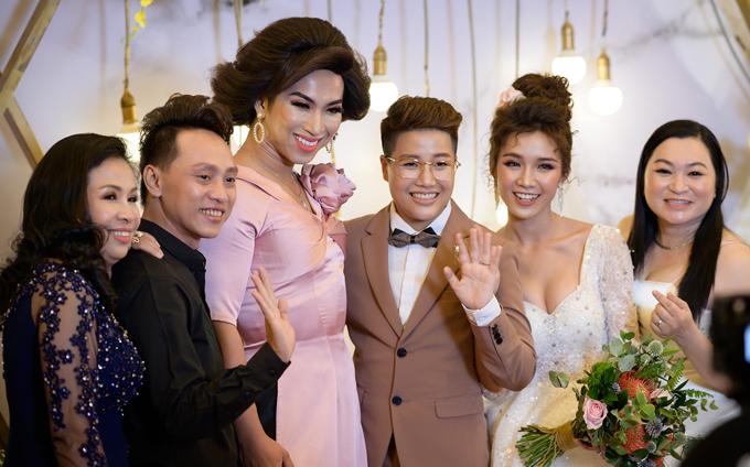 Diễn viên hài Lâm Lộ Lộ (váy hồng) và đông đảo bạn bè mừng hạnh phúc của Yunbin - Tú Tri.
