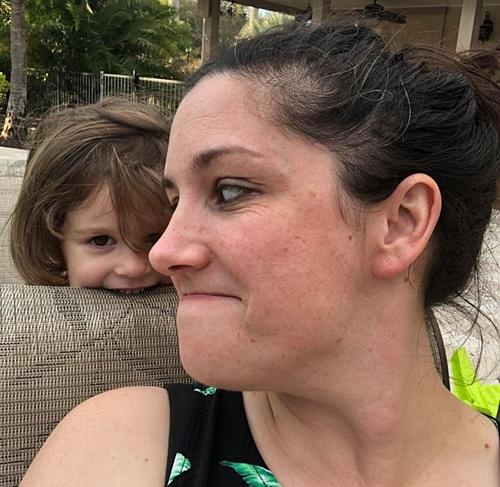 Mary bên cô con gái 3 tuổi, Holland.