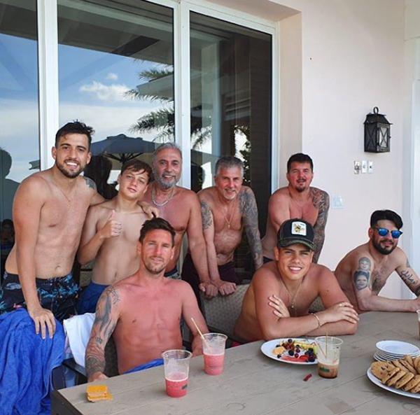 Messi khoe thân hình cháy nắng