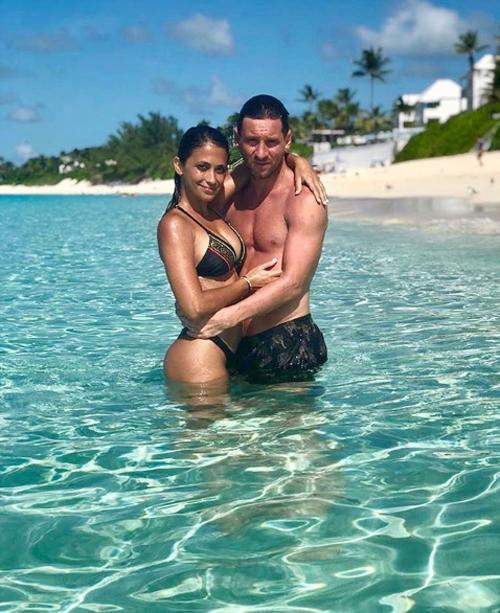 Vợ chồng Messi ôm nhau tình cảm trong kỳ nghỉ hè muộn