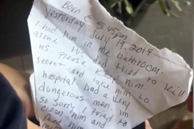 Tờ giấy nhắn người mẹ gửi lại bên cạnh đứa con trai nhỏ. Ảnh: WESH.