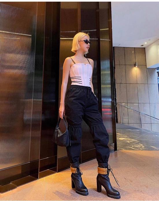 Ngoài các kiểu phối áo sexy cùng quần hầm hố, Quỳnh Anh Shyn luôn chuộng cách phối nhiều mẫu phụ kiện hot trend để tạo thêm điểm nhấn cho tổng thể.