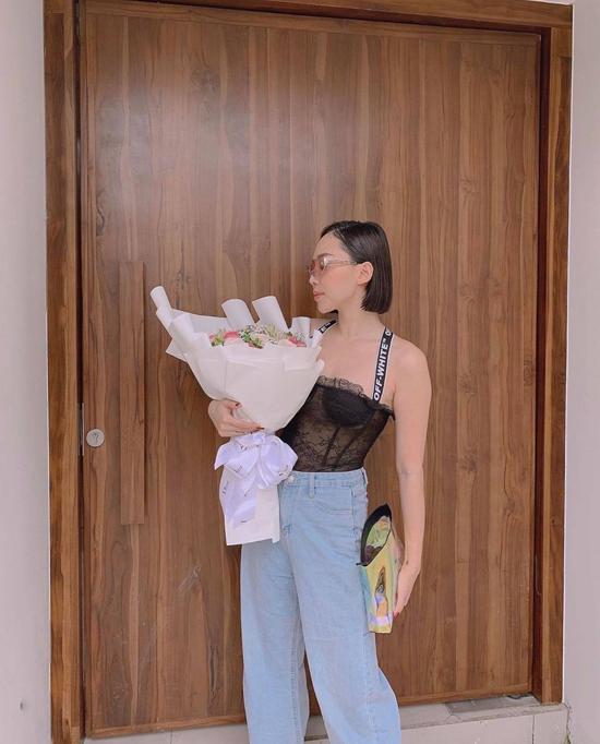 Áo ren xuyên thấu, áo lưới sexy được Tóc Tiên phối cùng các mẫu quần jeans, quần baggy. Phụ kiện đi kèm thường là túi đeo hông của Chanel và các mẫu sandal cao gót thiết kế bằng chất liệu plastic.