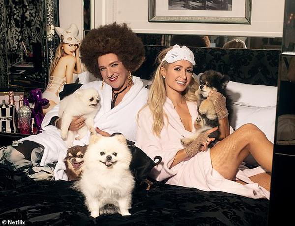 Bộ ảnh mới của Paris Hilton và danh hài Chris Lilley chụp cùng đàn chó.