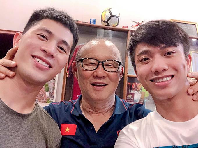 HLV Park cùng Phan Văn Đức và Đình Trọng selfie tại nhà Đình Trọng. Ảnh: PVĐ.