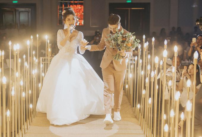 [Caption] Lễ cưới của cặp đôi được diễn ra trong sự chúc phúc của hơn 450 khách mời tham dự. Mở đầu, cặp đôi nắm tay nhau song ca hai ca khúc ngọt ngào Tàu về quê hương và Đi cùng anh là sáng tác được cả hai đặt riêng dành cho nhau trong ngày cưới. Đặc biệt, chú rẻ Yun Bin còn trổ tài rap khiến các khách mời không khỏi thích thú và hò reo.