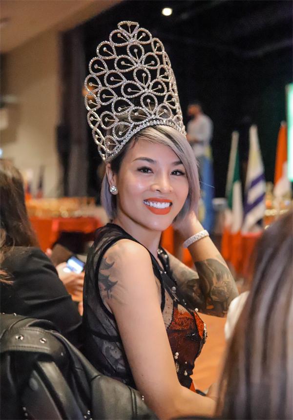 Tham gia sự kiện Worldwide Beauty & PMU Festival -Lễ hội sắc đẹp và tài năng phun xăm thẫm mỹ toàn cầu, Hoa hậu Nguyễn Vi Thúy đảm nhiệm vai trò cầm cân nảy mực.