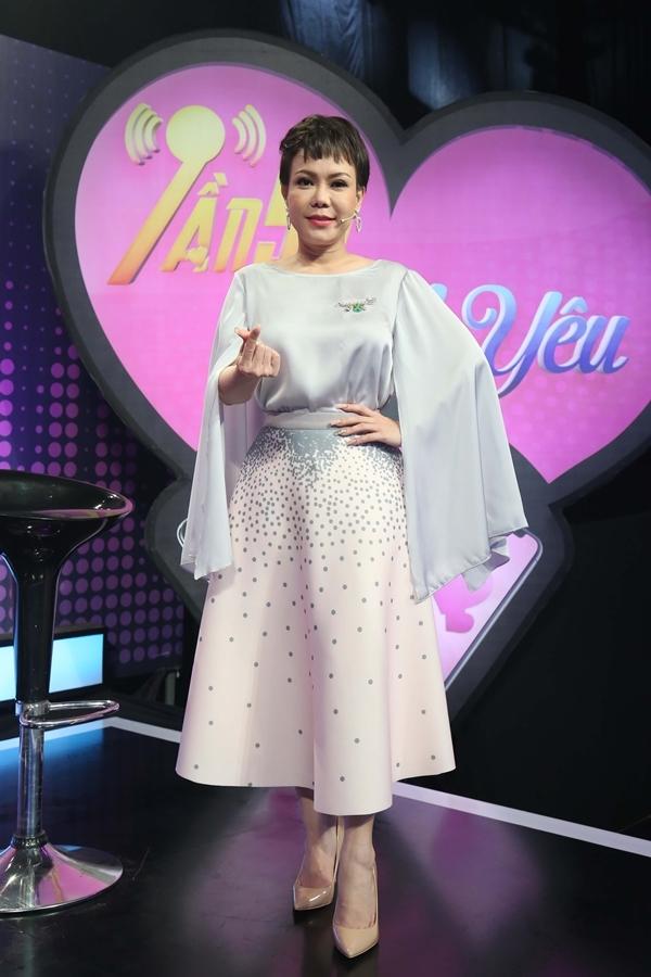 Diễn viên Việt Hương đảm nhận vai trò MC chương trình Tần số tình yêu màu hai. Trong tập 9, nữ nghệ sĩ chọn bộ váy bồng bềnh, phối giày đồng điệu.