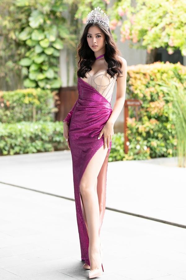 Hoa hậu Tiểu Vy chọn váy cắt xẻ tôn vòng một và lợi thế chân dài tại buổi họp báo vòng chung kết Hoa hậu Thế giới Việt Nam 2019, sáng 25/7 tại Đà Nẵng.