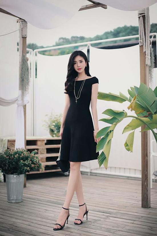 Khi hưởng đến hình ảnh trang nhã trong công sở, các mẫu váy cocktail, đầm liền thân cắt may tinh tế là lựa chọn hoàn hảo nhất.