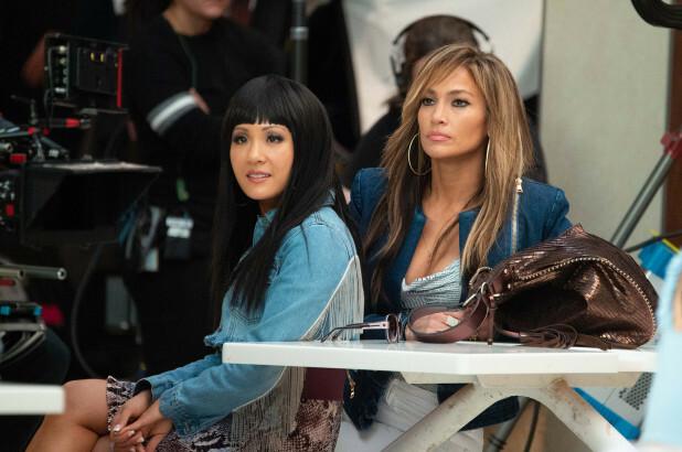Constance Wu (bên trái) và Jennifer Lopez ở trường quay Hustlers.