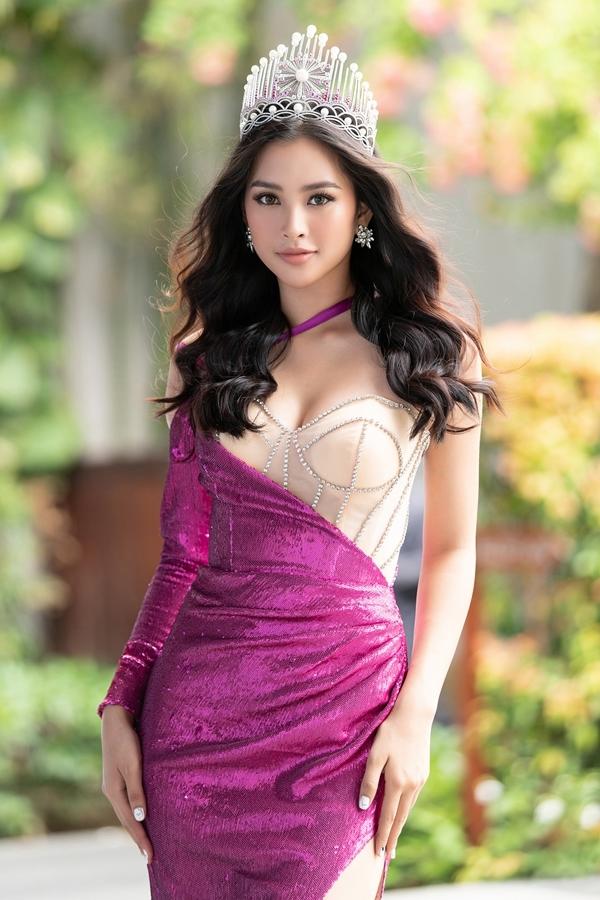 Chưa đầy một năm đăng quang, nhan sắc Tiểu Vy ngày càng rực rỡ. Cô là Hoa hậu Việt Nam hiếm hoi sở hữu gương mặt Tây, đường nét cuốn hút.