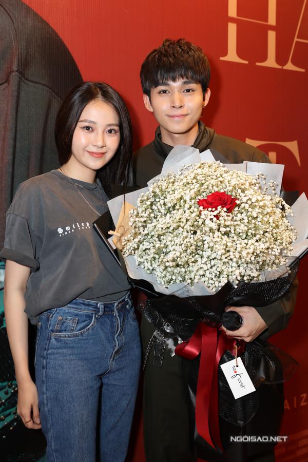 Diễn viên Tam Triều Dâng cũng mặc đơn giản, năng động như sinh viên dựsự kiện ra mắt MV Hai bàn tay.