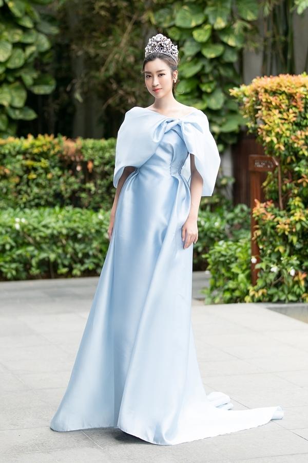 Đỗ Mỹ Linh kín đáo hơnđàn em khi dự event. Người đẹp 23 tuổi chọn màu xanh pastel cùng tông với vương miện.