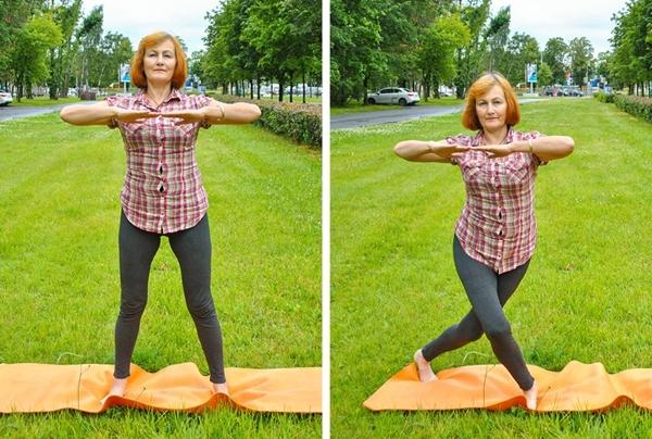 Giữ nguyên tư thế tay, thực hiện động tác bước lùi chéo chân mỗi bên 20 lần.