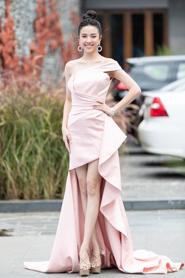Á hậu Thúy Ancó mặt tại Đà Nẵng cổ vũ 40 thí sinh vòng chung kết Hoa hậu Thế giới Việt Nam.