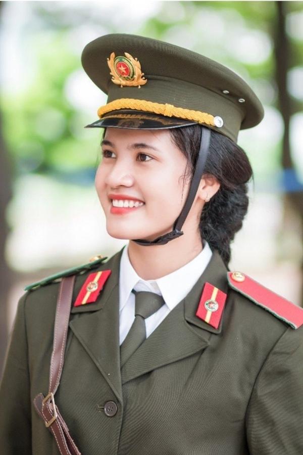 Hiện Ngọc Thoa là Đảng viên, ủy viên Ban Chấp hành Đoàn trường, tham gia nhiều hoạt động như Lễ hội văn hoá các dân tộc, các chương trình văn văn nghệ gây quỹ của Đoàn trường.