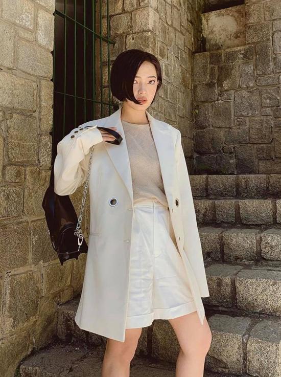 Châu Bùi là một trong những fashionista chịu khó đầu tư hình ảnh và không ngừng làm mới style của mình. Những kiểu tóc ngắn thời thượng cũng luôn được cô cập nhật.
