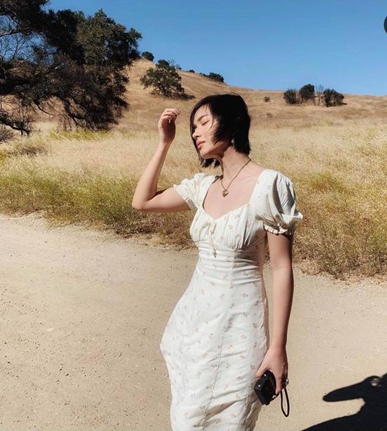 Bên cạnh những set đồ mix-match đúng chất fashionista, Châu Bùi cũng được khen ngợi khi chọn các kiểu váy áo nhẹ nhàng, hợp mùa hợp mốt.