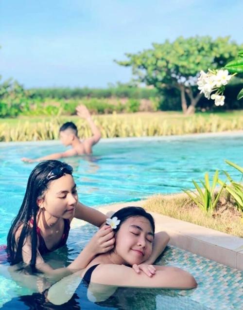 Hai chị em Lọ Lem (Thảo Linh) và Hạt Dẻ chơi đùatại bể bơi trong khuôn viên resort.